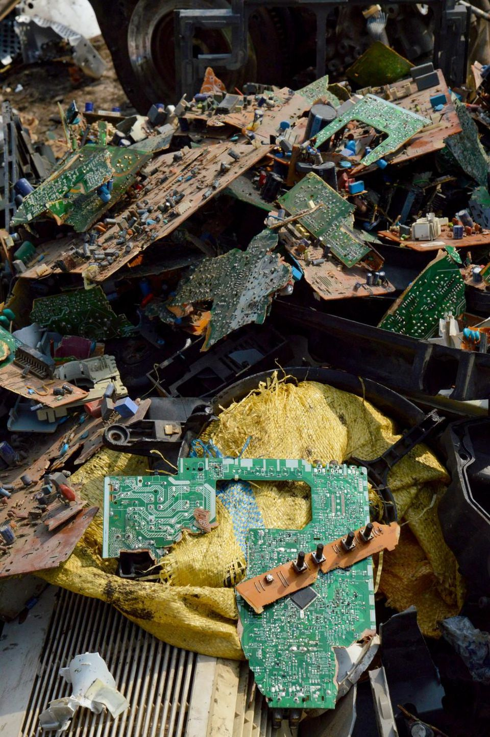 Electronic waste items in Agbogbloshie Martin Holzknecht, Arnika