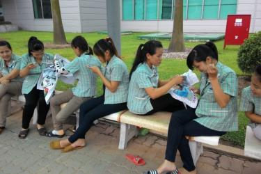 Lunch break at Samsung's Ban Ninh plant. Almost all the female workers are in their twenties.  Photo credit: http://www.phamhongphuoc.net/2013/07/10/nhung-co-gai-xuan-thi-samsung-bac-ninh/