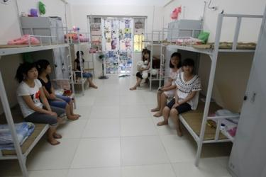 Worker dormitories at Samsung's Bac Ninh plant are crowded and have the potential to disrupt sleep if all the residents of a room are not working the same shift schedule. Photo credit: http://genk.vn/tin-ict/dot-nhap-nha-may-samsung-o-bac-ninh-20130711172709955.chn